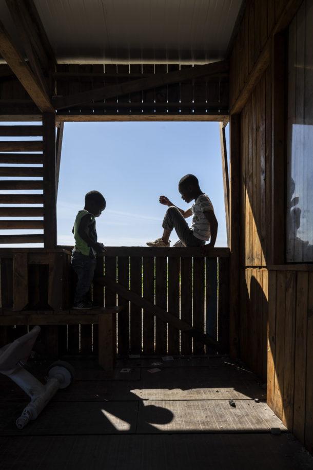 Community Kitchen of Terras da Costa : ateliermob + Colectivo Warehouse A Cidade na ponta doas dedos de Sancha Trindade